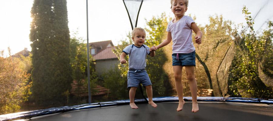 trampoline à ses enfants